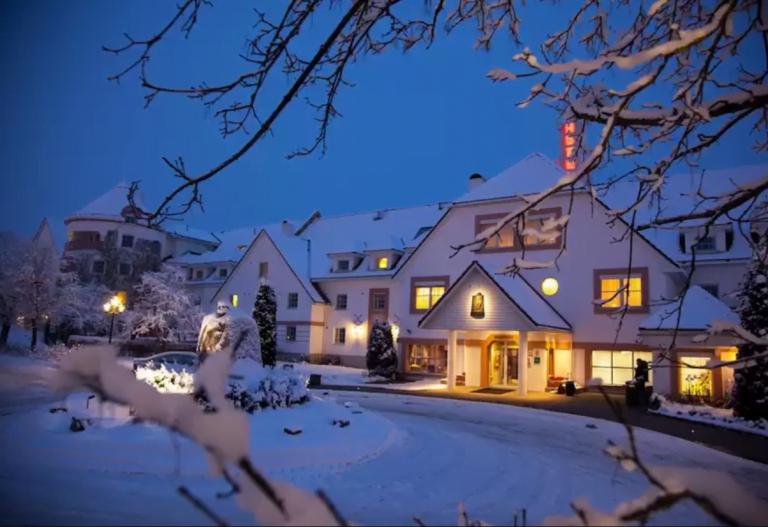 Olavsgaard idyllisk dekket med snø i skumringstimen